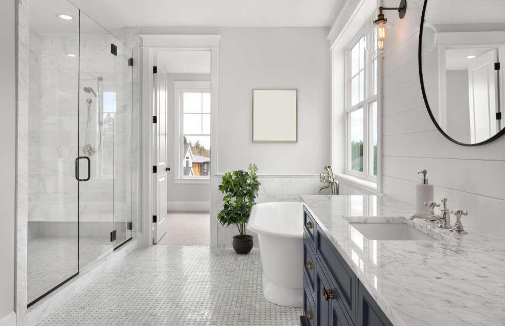 Cómo transformar tu baño: consejos de color, revestimiento e iluminación